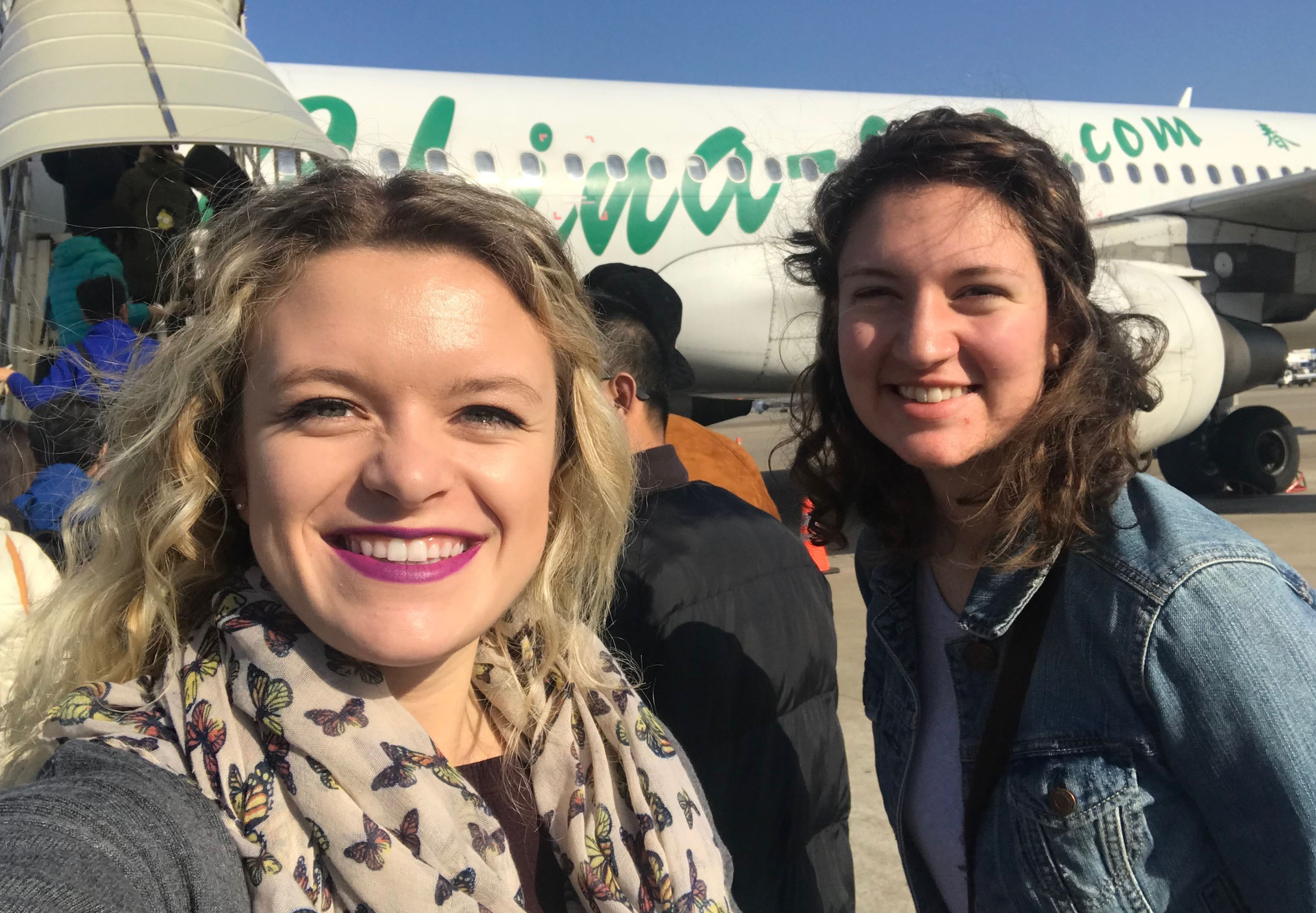 SJTU program participant Shelby Skidmore (left) boards a plane for Shanghai.